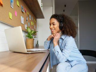 「在宅勤務」の実態って? 完全在宅は約2割。在宅補助手当の平均はいくら?