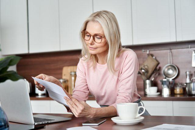 夫が退職。60歳以下の専業主婦が行う年金手続きとは?