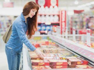 約半数の人が週に2回以上冷凍食品を利用。1回の買い物で平均いくら購入している?